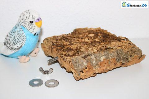 Korksitzbretter nutzen Wellensittiche, Kanarienvögel, Sperlinge oder Nymphensittiche und nahezu alle Vogel Haustierarten liebend gerne als Sitz-, Ruhe- und Spielplatz sowie als begehrtes Knabbermaterial. Als Liege- und Ruheplattform mögen unsere Ziervögel die Oberfläche der Korksitzbretter, da die Naturkorkoberfläche gut isoliert ist und somit angenehm warmhält. Nicht nur Wellensittiche liegen gerne auch mal bäuchlings auf dem Korksitzbrett, zusätzlich nutzen unsere Hausvögel mit Fuß- bzw. Beinproblemen das Korksitzbrett, um stark beanspruchte Körperzonen zu entlasten. Dieses naturbelassene Korksitzbrett erhalten Sie mit vormontierter Stockschraube und Befestigungsmaterial montagefertig für Ihren Vogelkäfig oder Ihre Voliere. Unsere Korksitzbretter können Sie bequem über unseren Vogelshop bestellen. Sittiche24 versendet das für Ihre Lieblinge ausgesuchte Korksitzbrett innerhalb von wenigen Werktagen per Post zu Ihnen nach Hause zum Beispiel nach Berlin, München, Hamburg oder Köln.