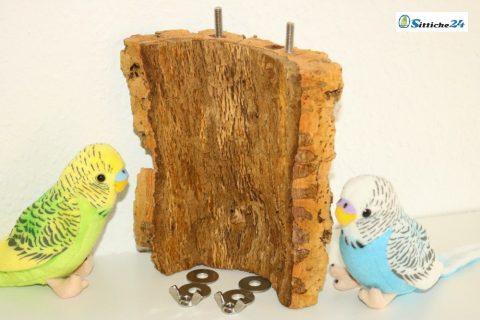 Dieser Vogelsitz aus Naturkork kann durch die Edelstahlbefestigungen an Ihren Vogelkäfig oder Ihre Voliere angebracht werden - Sittiche24 versendet alle Korkprodukte im Sortiment innerhalb Deutschlands etwa nach Rüsselsheim, Castrop-Rauxel oder Essen.