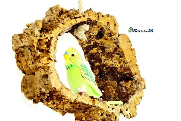 Cleveres Vogelzubehör etwa als Vogelschaukel aus Kork für Nymphensittiche.