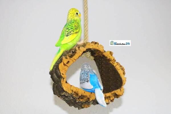 Rindenkork Vogelschaukel als ideales Vogelspielzeug.