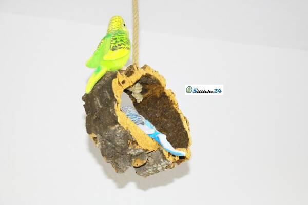 Rindenkork Vogelschaukel als sinnvolles Vogelzubehör.