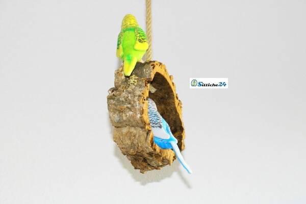Vogelschaukel aus Kork als cleveres Vogelzubehör.