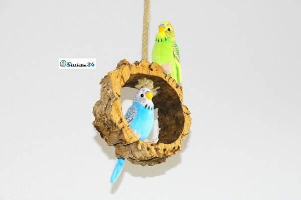 Vogelschaukel aus Kork mit Kletterseil.