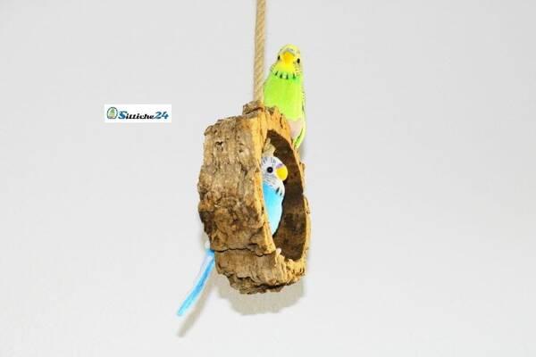 Vogelschaukel für Wellensittiche & Co. Eine Vogelschaukel begeistert jeden Hausvogel! Wenn der Schaukelspaß dann noch aus reinem Naturkork zum Schreddern und mit einer sinnvollen Hanfseilbefestigung zum Klettern ausgestattet ist - dann kennt der Spaß kaum Grenzen! Unsere handverlesenen Korkstücke lassen sich durch die Edelstahl Karabiner Befestigung hervorragend an Vogelkäfigen, Volieren aber auch problemlos in Wohnräumen mit einem Haken an der Decke befestigen. Egal ob Wellensittiche, Papageien, Sperlinge, Kanarienvögel oder Agaporniden - Ihre Schützlinge werden auf unsere Schaukeln aus Naturkork fliegen!