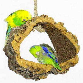 Günstige Vogelschaukeln aus Naturkork als Ruhe- und Spielplatz für Vögel. Eine Vogelschaukel aus Naturkork garantiert Knabber- und Schaukelspass für Wellensittiche & Co!